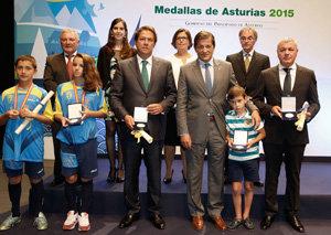 El presidente del Principado, con los galardonados con la Medalla de Asturias.