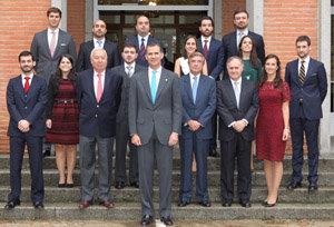 El Rey, el ministro y diferentes autoridades, con los nuevos diplomáticos.