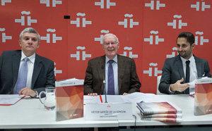El director del Instituto Cervantes, Víctor García de la Concha, flanqueado por los profesores José Montero Reguera (izda.) y David Fernández Vítores.