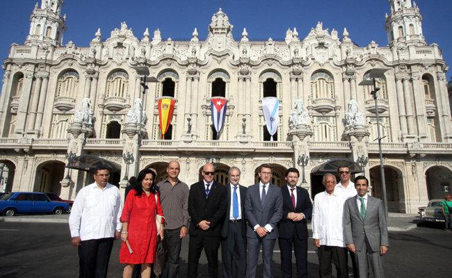 Las autoridades posan ante el majestuoso edificio del antiguo Centro Gallego.