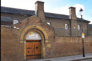 Una de las entradas del Instituto Can?ada Blanch de Londres.