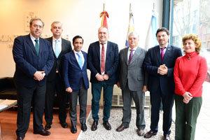 Rey Varela y Rodríguez Miranda posan junto al presidente de La Española y el resto de autoridades tras la firma.