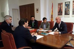 Los dirigentes de la Xunta conversan con el consejero Santiago Camba.