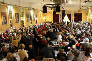 Panora?mica del salo?n del banquete, con tantos invitados que casi desbordaron su capacidad.