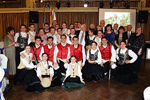 Directivos e invitados a la celebración posan con los miembros de 'Xuntos'.
