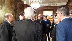 Integrantes de la Comisión Delegada dialogan antes de iniciar su sesión de trabajo.