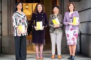 La ministra de Hacienda y sus colaboradoras, con el Proyecto de Presupuestos a la puerta del Congreso.
