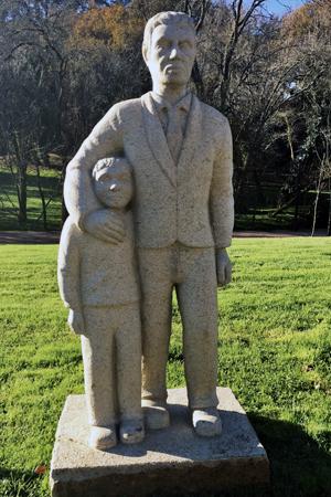 Escultura 'Home de pé co seu fillo'.
