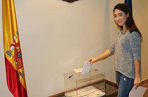 La joven Gabriela Marcos González deposita su voto en el consulado de Venezuela.