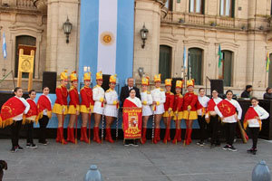 La Guardia Real del Club Español intervino en los actos por la independencia en Tres Arroyos.