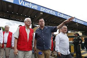 Josep Borrell (i), con Felipe Muñoz (c), gerente del Gobierno colombiano para la frontera con Venezuela, en Cúcuta.