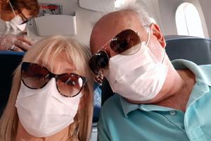 Beatriz Carballo y su esposo Ángel, dos de los componentes del 'Viaje del Retorno', durante el vuelo de regreso.