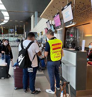 Un momento de la organización del vuelo desde Colombia.