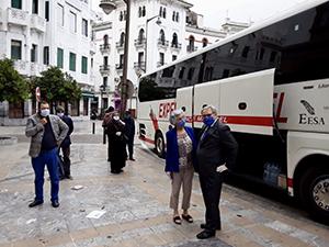 Algunos de los viajeros a su salida de Tetuán.