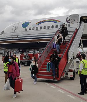 Los españoles descienden del avión en el aeropuerto de Madrid.