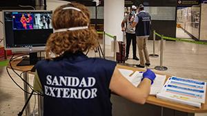Control sanitario en el aeropuerto de Sevilla.