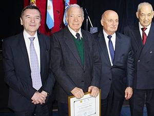 López Pin –2º por la izda.–, con Vila Alén y los expresidentes Héctor Fernández y Manuel Peleteiro, durante el 40º aniversario del Centro Galicia.